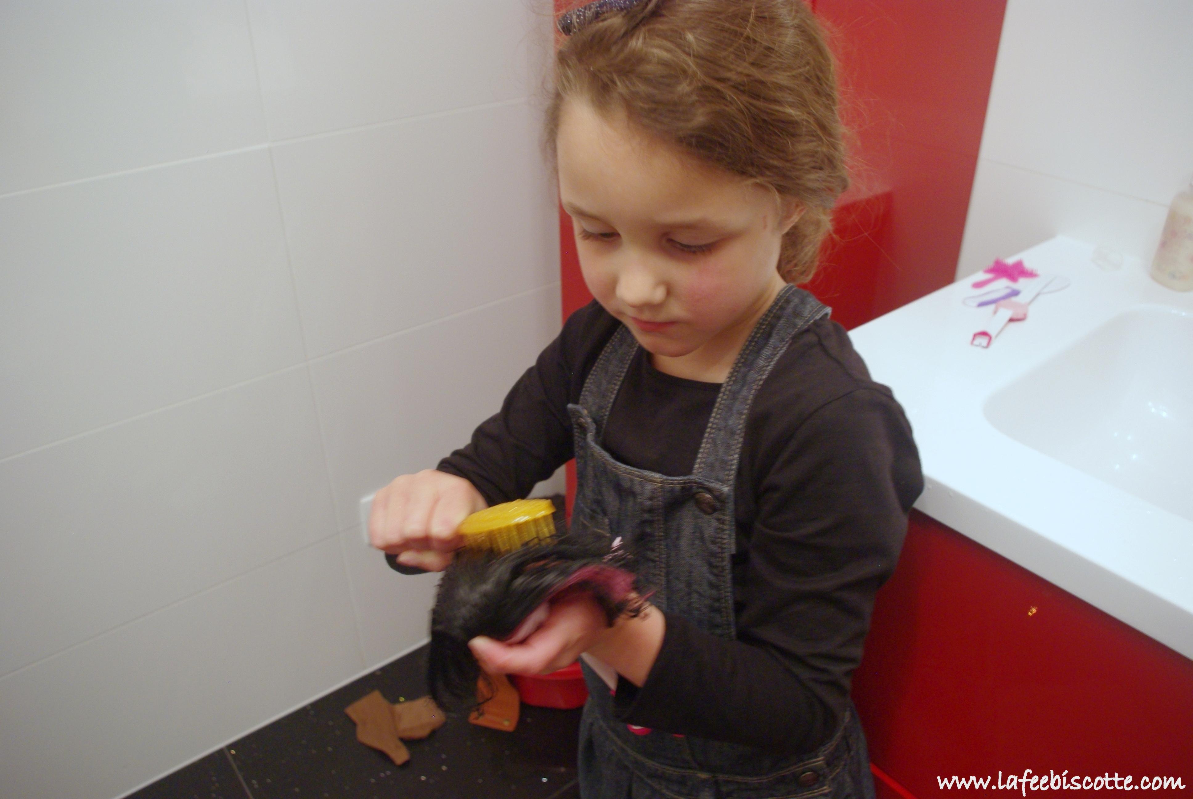 démêler les cheveux de poupées